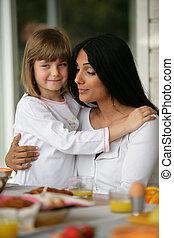 figlia, lei, abbracciare, madre, durante, colazione