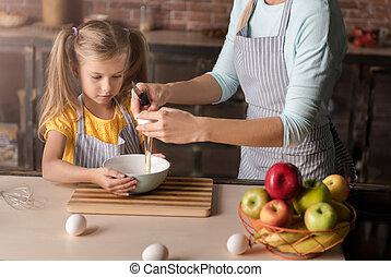 figlia, lei, coinvolto, uova, rottura, madre, cucina