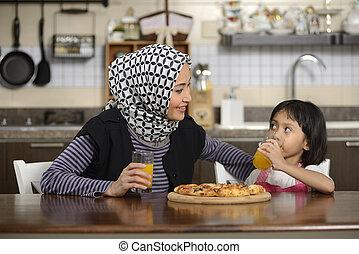 figlia, madre, consumo pizza