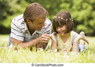 figlia, padre, fuori, sorridente, fiori, dire bugie