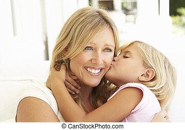 figlia, rilassante, dare, divano, bacio, madre