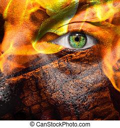 figure, à, oeil vert, peint, à, flammes, et, bois