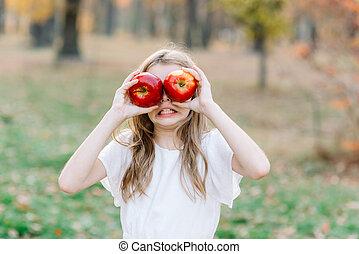 figure, girl, orchard., fruits, tarte, pomme, automne, beau, manger, concept., tenue, elle, organique, devant, harvest., park., récolte, jardin, enfantqui commence à marcher