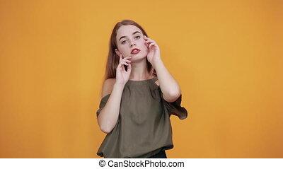 figure, jeune femme, garder, beau, caucasien, modèle, gestur, main
