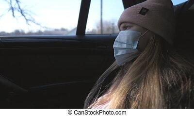 figure, peu, vie, voyager, concept, triste, monde médical, pandémie, masque, coronavirus, virus, girl, regarder, femme, protecteur, fenêtre., ride., par, pendant, porter, sécurité, enfant, voiture