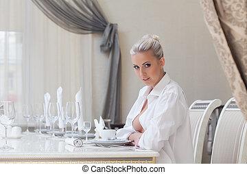figyelmes, gyönyörű, leány, feltevő, alatt, étterem