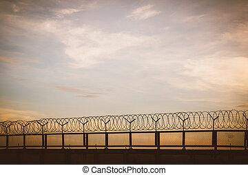fil fer barbelé, coucher soleil, barrière