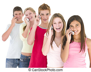 fila, de, cinco, amigos, en, teléfonos celulares, sonriente