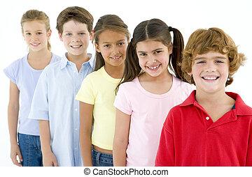 fila, de, cinco, joven, amigos, sonriente