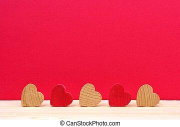 fila, de, de madera, corazones, contra, un, fondo rojo