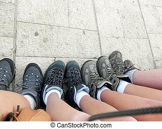 fila, de, meninas, pés, em, hiking, enxadas