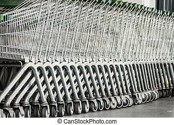 fila, de, vacío, carros de compras, en, el, supermercado