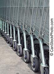 fila, de, vacío, carros de compras, en, grande, supermercado