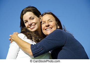 filha, amizade, abraçando, feliz, mãe