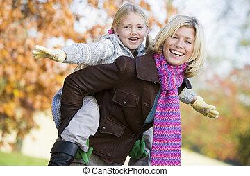 filha, dar, passeio, costas, piggy, mãe