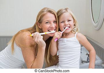 filha, dentes escovando, seu, mãe, feliz