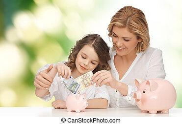 filha, dinheiro, pôr, piggy, mãe, bancos