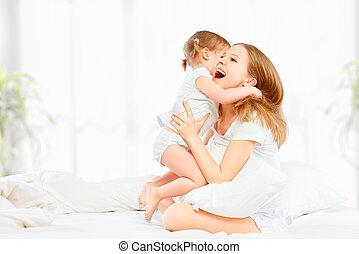 filha, família, cama, rir, mãe, bebê, beijando, tocando,...