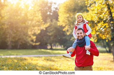 filha, família, pai, parque, outono, criança rindo, tocando, feliz