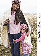 filha, inverno, dunas, cobertor, amongst, mãe, embrulhado, praia