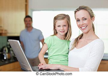 filha,  laptop, pai, fundo, mãe, usando