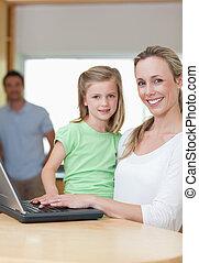 filha, pai, junto, caderno, fundo, mãe, usando