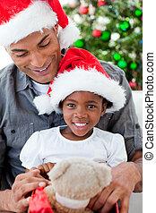 filha, presentes, natal, pai, tocando, feliz