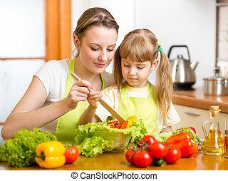 filha, salada, mãe, misturando, ensinando, criança, cozinha
