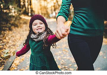 filha, sentando, nature., jovem, floresta outono, mãe, toddler