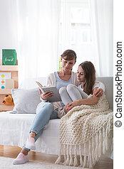 filha, sentar-se, livro, sofá, adolescente, mãe, sorrindo, leitura