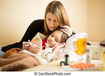 filha, temperatura, verificar, cama, doente, mãe, mentindo