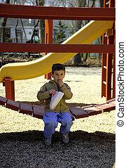 filho comendo, pipoca, em, parque