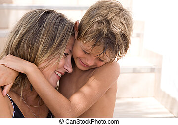 filho, feliz, seu, abraços, mãe