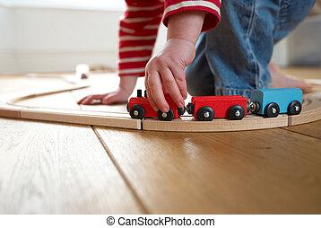 filho jogando, com, brinquedo, trem madeira