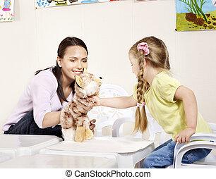 filho jogando, com, professor, em, preschool.