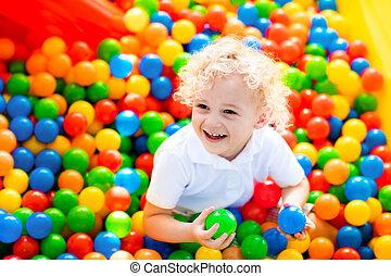 filho jogando, em, bola, cova, ligado, indoor, pátio recreio