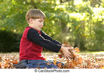filho jogando, em, folhas