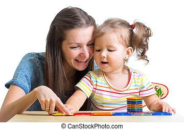 filho jogando, mãe, junto, brinquedos