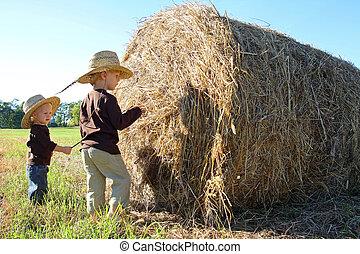 filhos jovens, tocando, ligado, fazenda, com, fardo feno