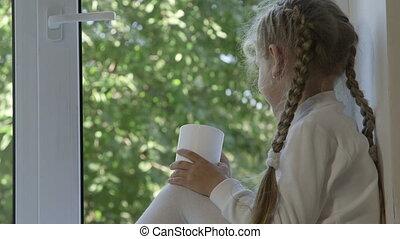 filiżanka, napój, patrząc, okno, dziecko, poza