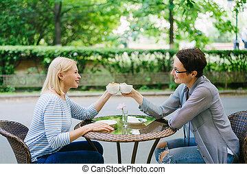filiżanki, clinking, świętując, herbata, przyjaciele, ...
