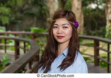 filipina, kvinna, på, a, bro, in, a, trädgård