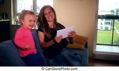 fille, écoute, tablette, informatique, musique, avoir, mère, amusement, girl, heureux