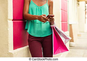 fille américaine africaine, envoi, messagerie texte, téléphone, sacs provisions