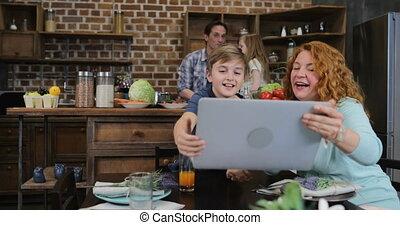 fille, augmentation, ordinateur portable, cuisine, père, fils, dîner, informatique, appeler, mère, vidéo, cuisine, projection, confection