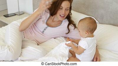 fille bébé, jouer, elle, mère