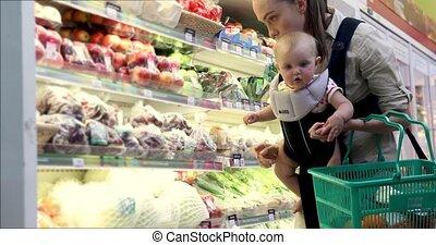 fille bébé, supermarché, mère