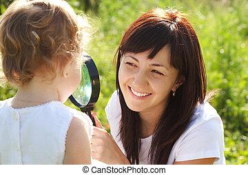 fille, chaque, regarder verre, autre, par, mère, magnifier