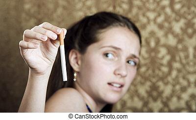 fille cigarette, jeune, reculer