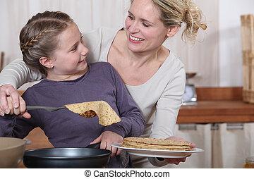 fille, crêpes, cuisine, mère, amusement, avoir